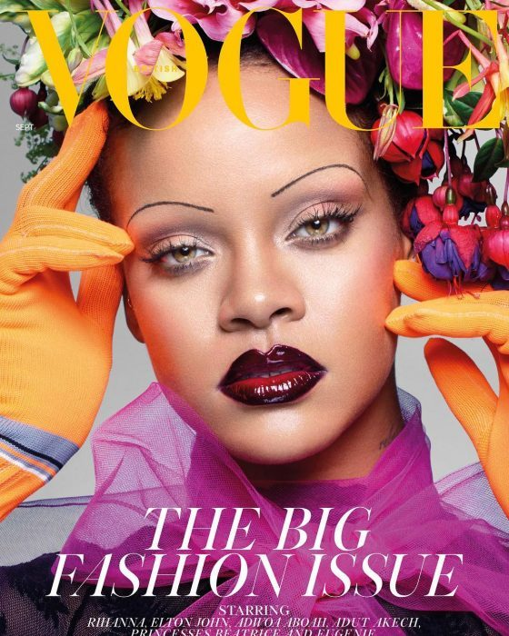 Rihanna con las cejas delgadas de los 90