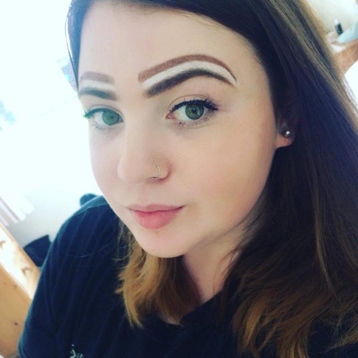 Chica con las cejas pintadas como galleta oreo