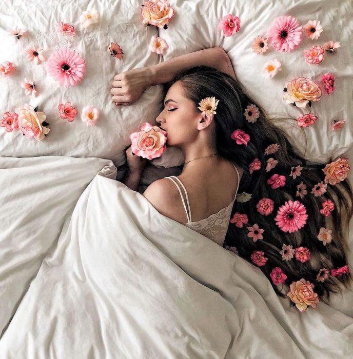 chica dormida sobre su cama