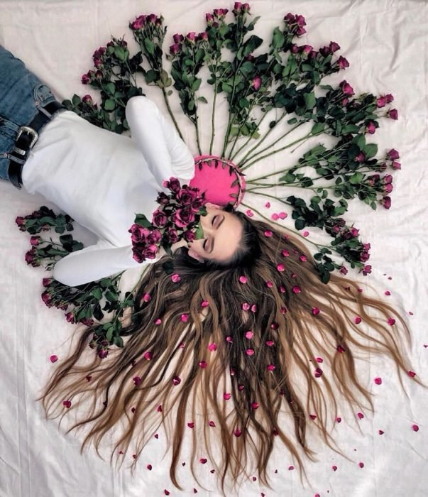 chica recostada oliendo flores