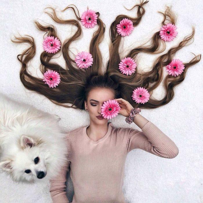 chica cubierta con flores rosas