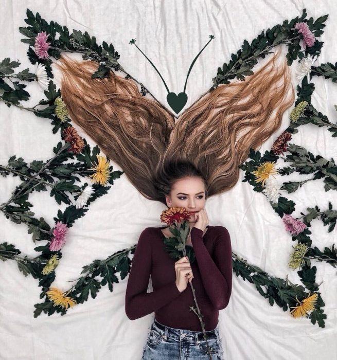 chica formando una mariposa sobre su cabello