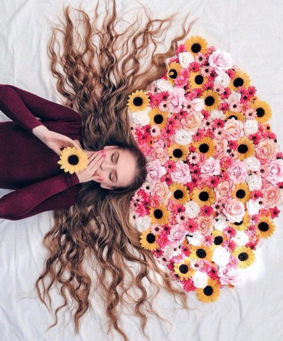 chica con corona de flores sobre su cabeza