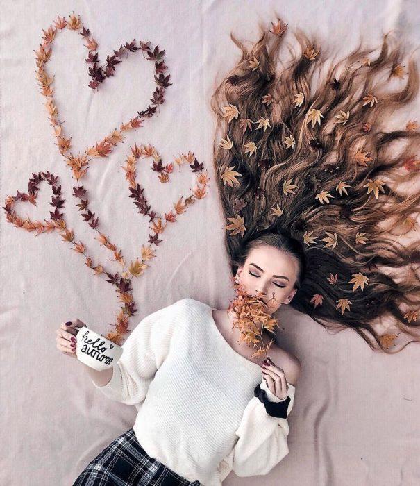 chica con cabello decorado con flores