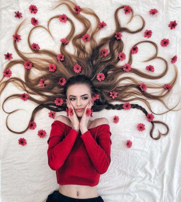 chica usando suéter crop top de color rojo