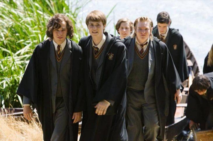 chicos usando uniformes escolares