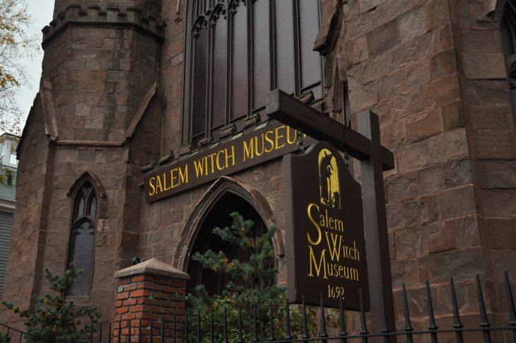 Sabrina homenajea al pueblo de Salem