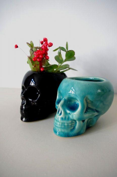 Pequeñas macetas de cráneo negra y azul