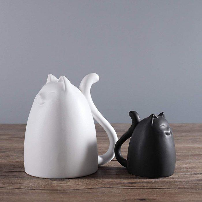 Pequeños adornos de gato blanco y negro