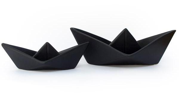 Par de barcos negros de cerámica decorativos
