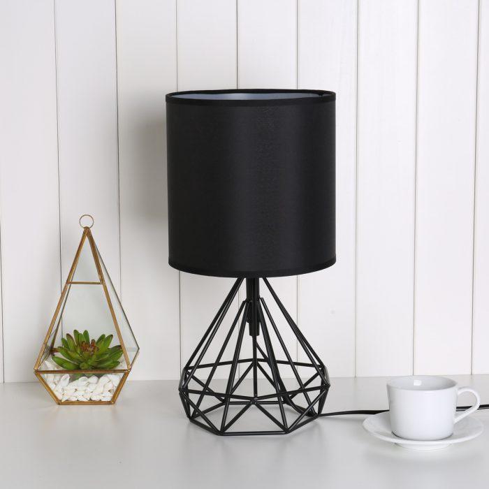 Lámpara geométrica de color negro y terrario dorado
