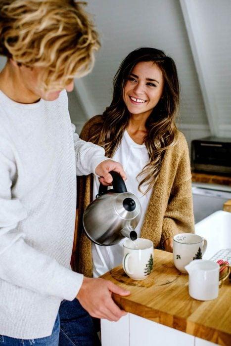 Chico le sirve café a su novia