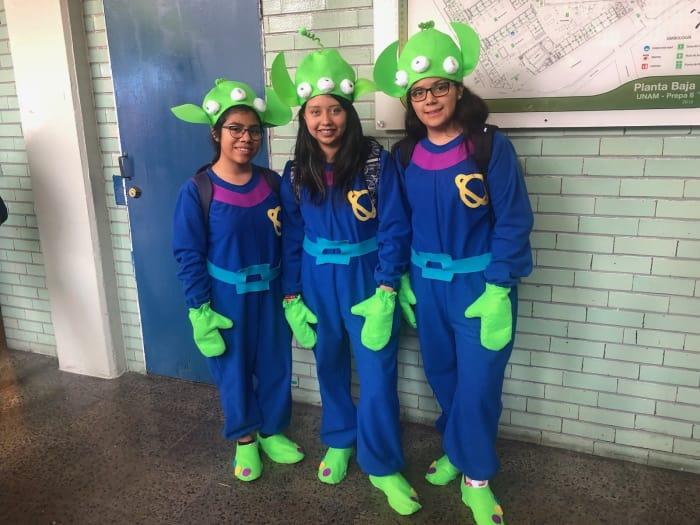 chicas usando disfraz de los marcianitos de Toy Story