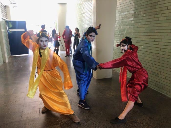 chicos disfrazados como personajes de Mulan