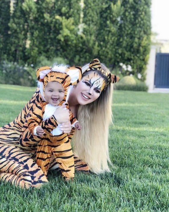Khloe kardashian y su hija disfrazdas de tigres