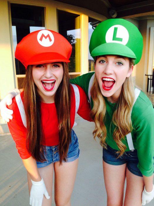 Amigas disfrazadas de Mario y Luigi