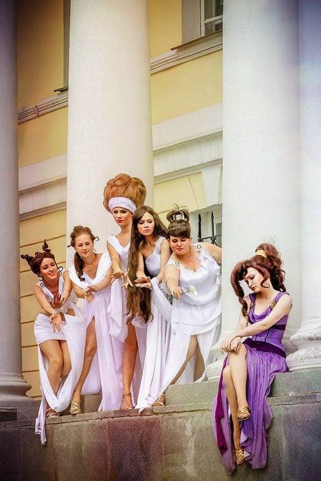 Amigas disfrazadas de estatuas de Hércules