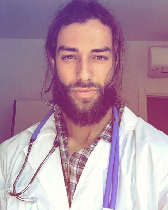 Doctor de cabello largo y barba posando para foto