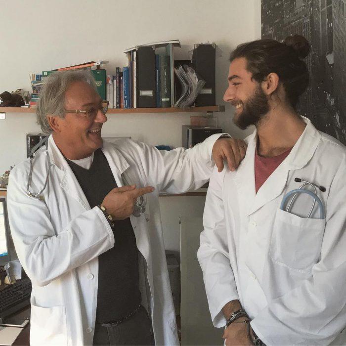Par de doctores hablando mientras ríen