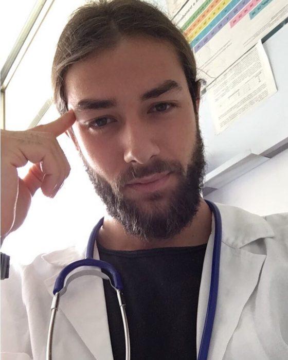 Doctor con bata blanca y estetoscopio azul