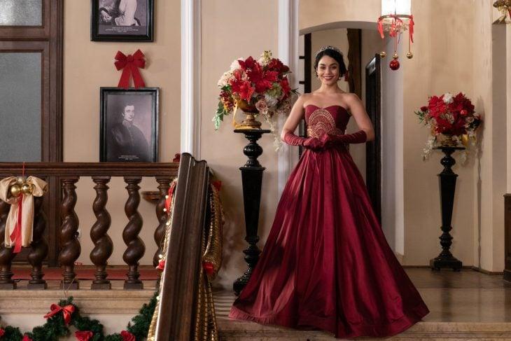 mujer con vestido rojo largo