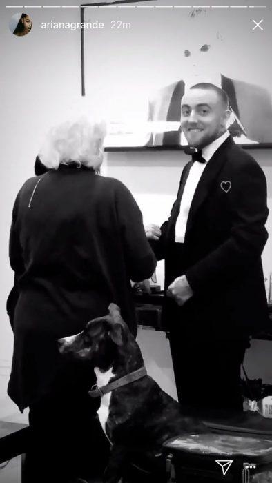 hombre con saco y moño mirando a la cámara y sonriendo blanco y negro
