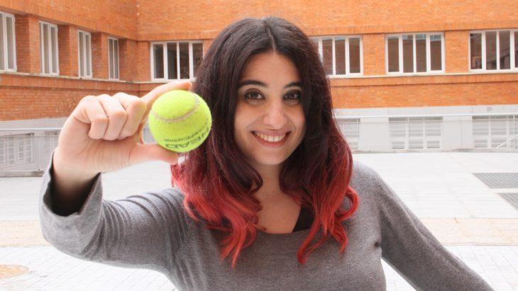chica con pelota de tenis