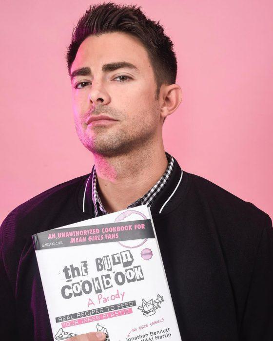 Aaron samuels sosteniendo un libro de cocina de chicas pesadas