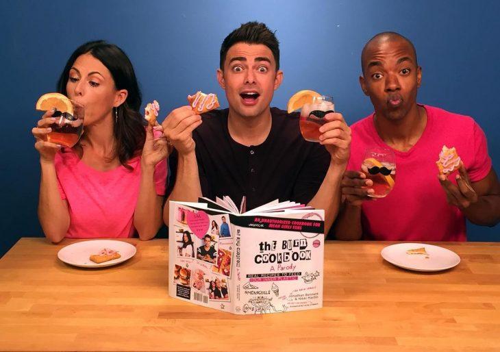 Aaron samuels comiendo lo que cocinó con el libro de cocina de chicas pesadas