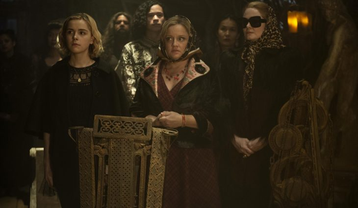 Tres mujeres paradas con rostro preocupado delante de una multitud