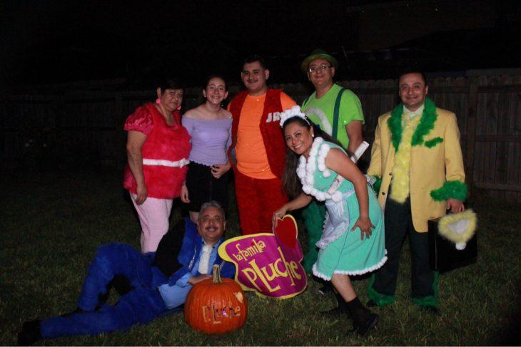 Miembros de una familia vestidos como los personajes de la familia P. Luche