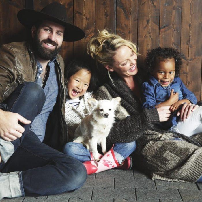 familia interracial posando para una foto de invierno