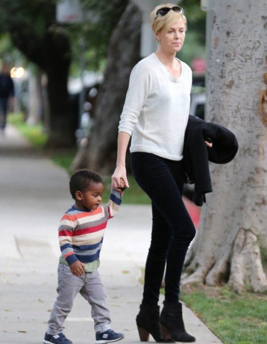 madre e hijo interraciales de paseo por las calles