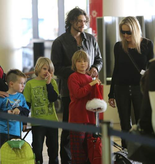 familia preparándose para viajar en el aeropuerto