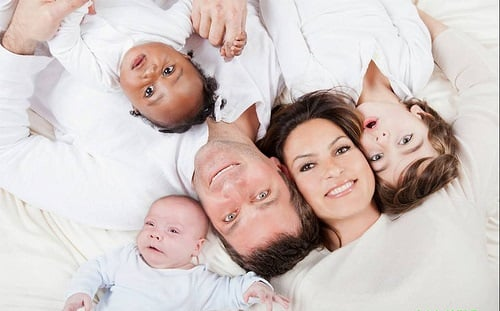 familia interracial vistiendo outfits de color blanco