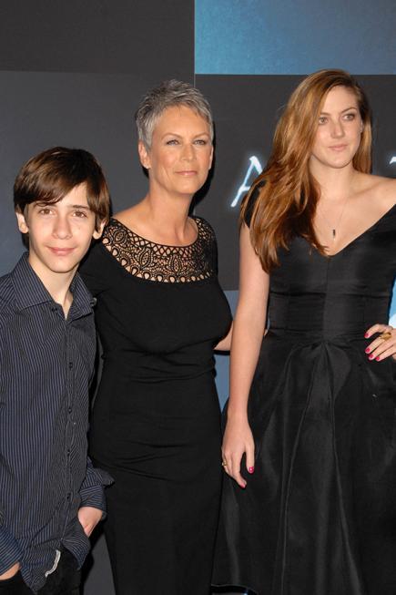 madre e hijos vestidos de negro en un evento de gala