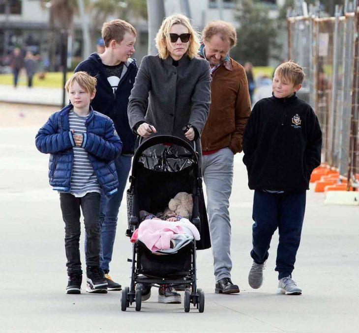 familia de seis miembros paseando por el parque