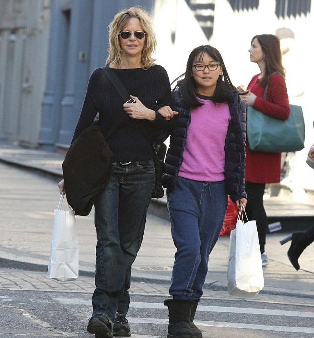 mamá e hija de compras en el centro comercial