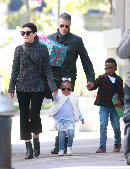 mamá llevando a sus hijos de compras en invierno