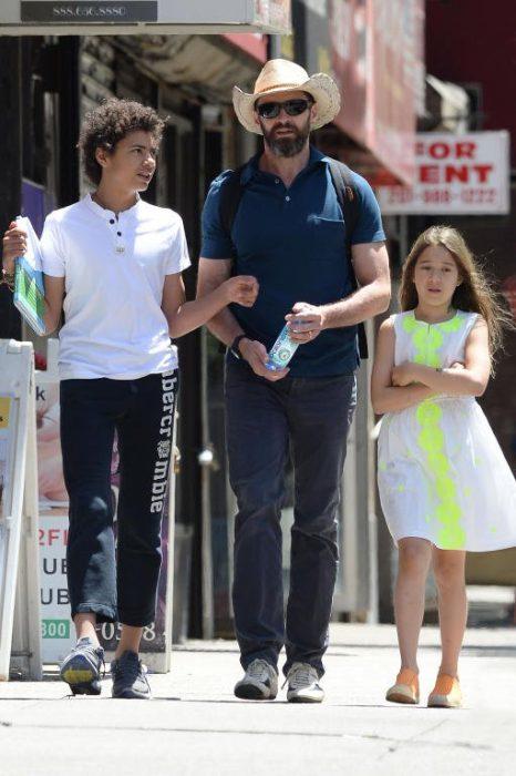 papá e hijos caminando para ir de compras