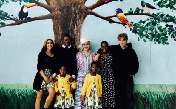 familia interracial posando para una foto de primavera