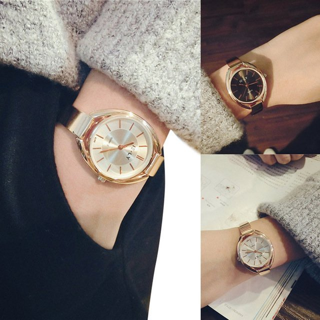 mujer con relojes dorados