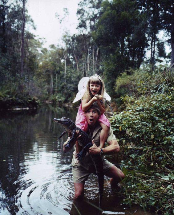 El Cazador de cocodrilos posando con su hija Bindi en 1996