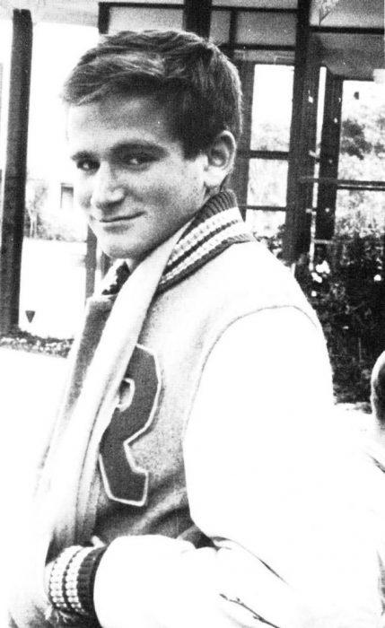Robin Williams a sus 18 años posando para la foto del anuario
