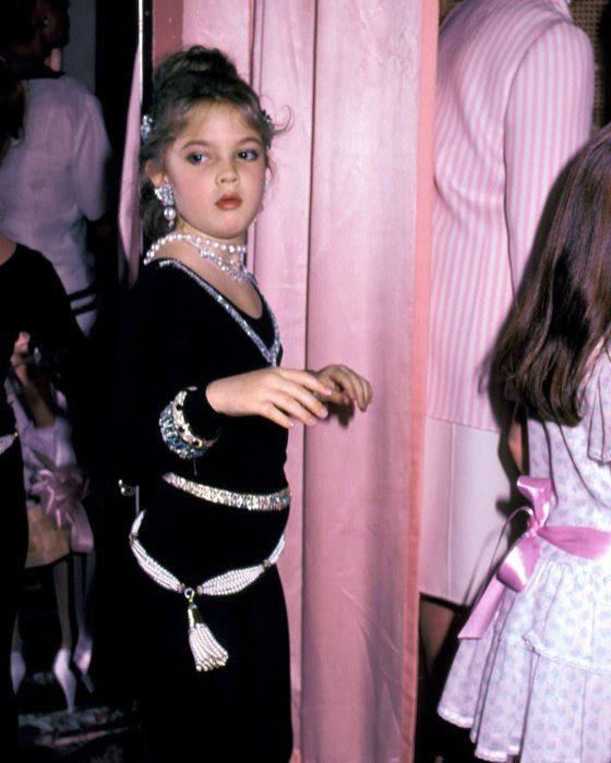 La pequeña Drew Barrymore en el desfile de modas de madres e hijas en 1983