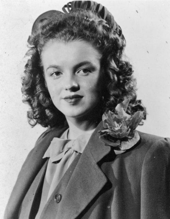 Una joven y castaña Marilyn Monroe de 14 años en 1940