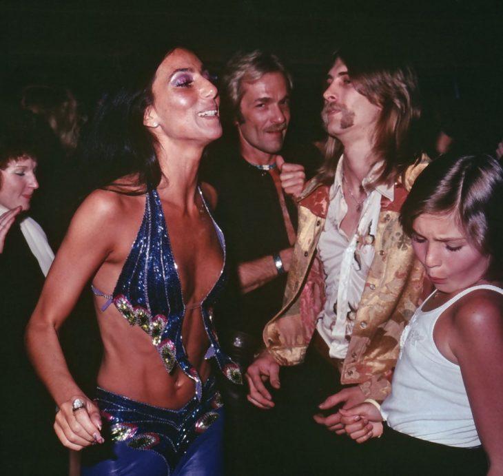 Cher bailando en una discoteca en 1970