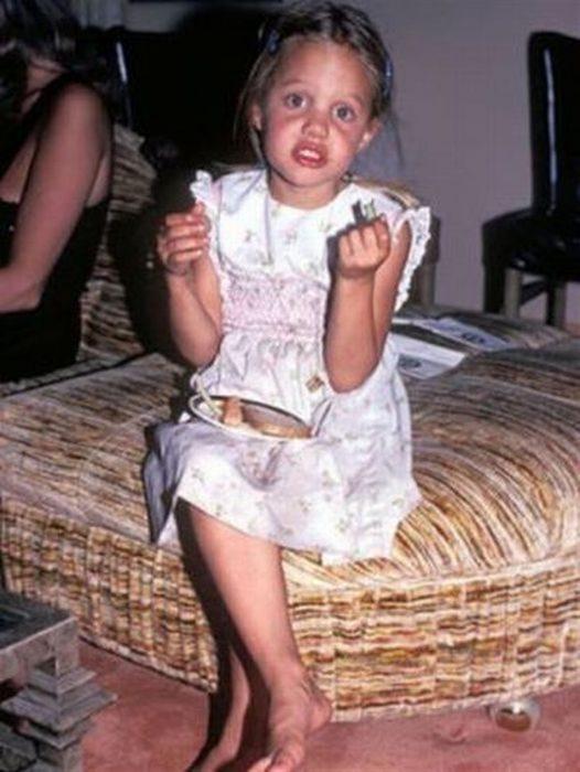 Angelina Jolie disfrutando de una merienda a los 8 años