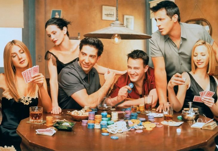 Escena de la serie Friends, chicos reunidos