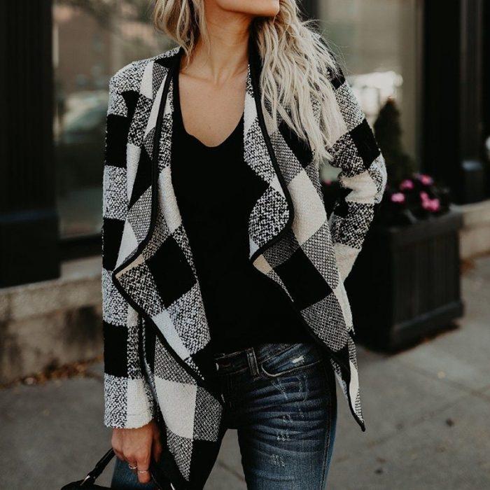 mujer con abrigo asimétrico de cuadros
